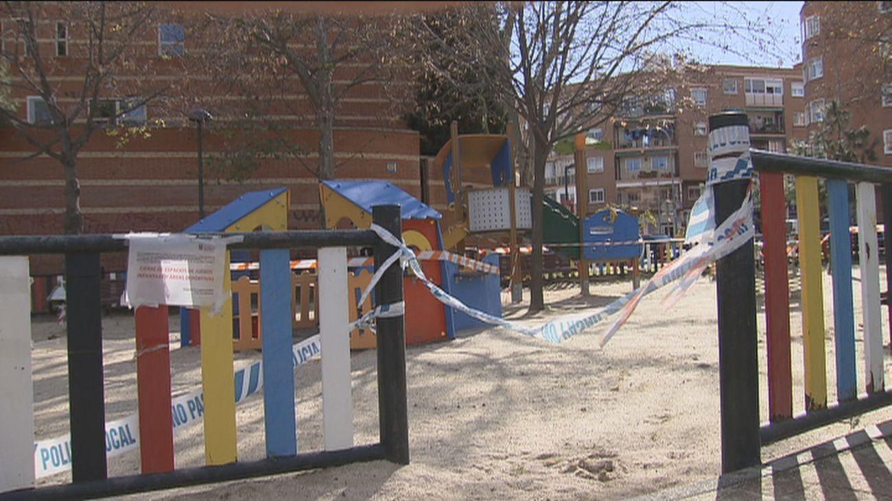 Un grupo de padres protesta frente al Ayuntamiento de Sanse  por el cierre de los parques infantiles