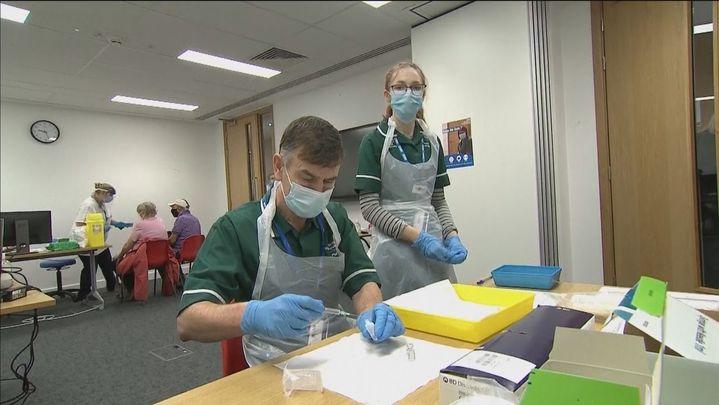 Reino Unido pide a los más alérgicos que no se vacunen tras detectar dos reacciones adversas