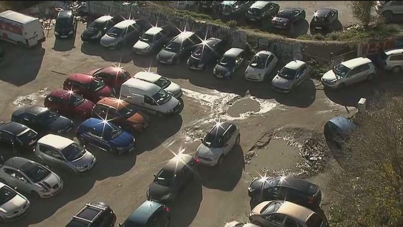 El aparcamiento junto a la estación de Chamartín está lleno de basura y se convierte en un barrizal cuando llueve