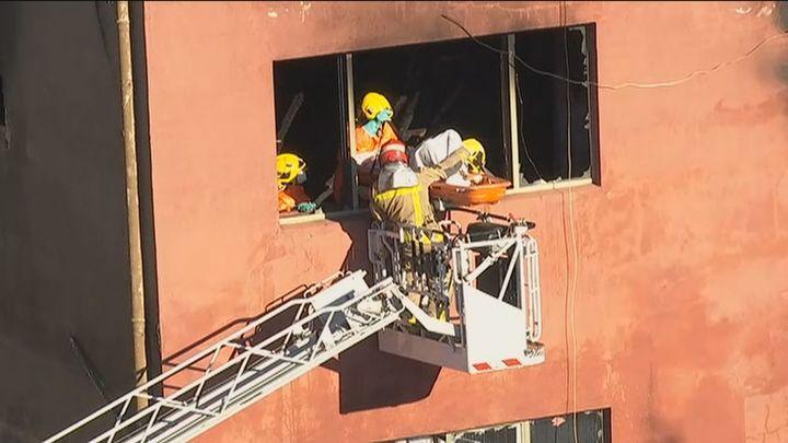 Los bomberos hallan una tercera víctima del incendio en la nave de Badalona 'okupada' por inmigrantes