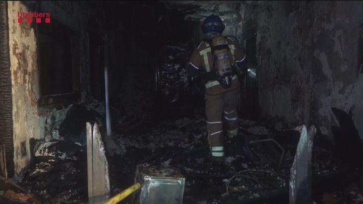 Dos muertos y 20 heridos en el incendio de una nave en Badalona ocupada por inmigrantes