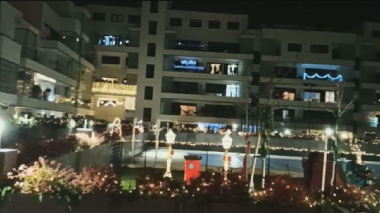 Todos los vecinos a una en el encendido de las luces de Navidad en 'Olivandia', una urbanización de Alcalá