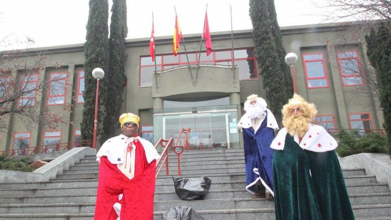 Vecinos de Butarque ataviados como Reyes Magos, frente a la Junta de Villaverde