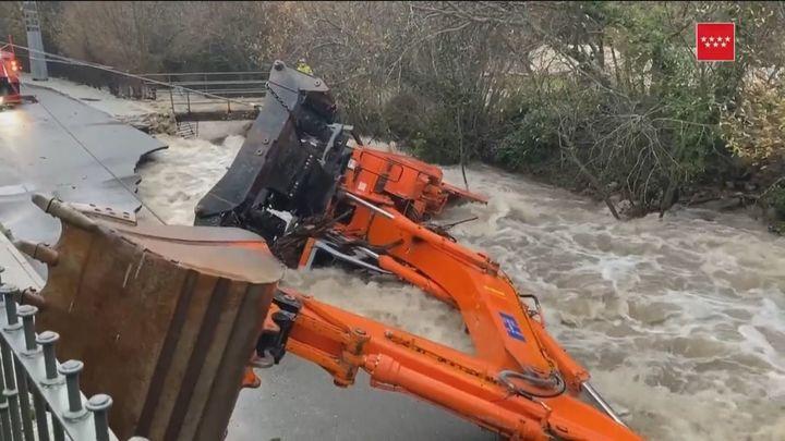 Rescatan sin vida en Rascafría al hombre que cayó con su excavadora al arroyo Artiñuelo