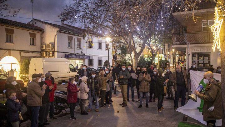Aravaca enciende sus luces de Navidad en medio de la protesta de los padres del instituto 'Ana Frank'