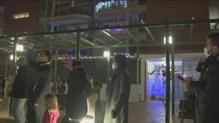 Todos los vecinos encienden las luces de Navidad en los portales de una urbanización de Colmenar
