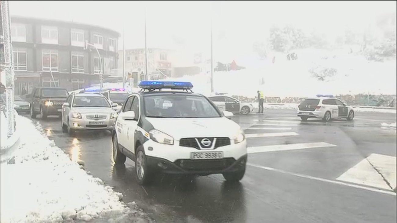 Un coche de policía conduce en la nieve