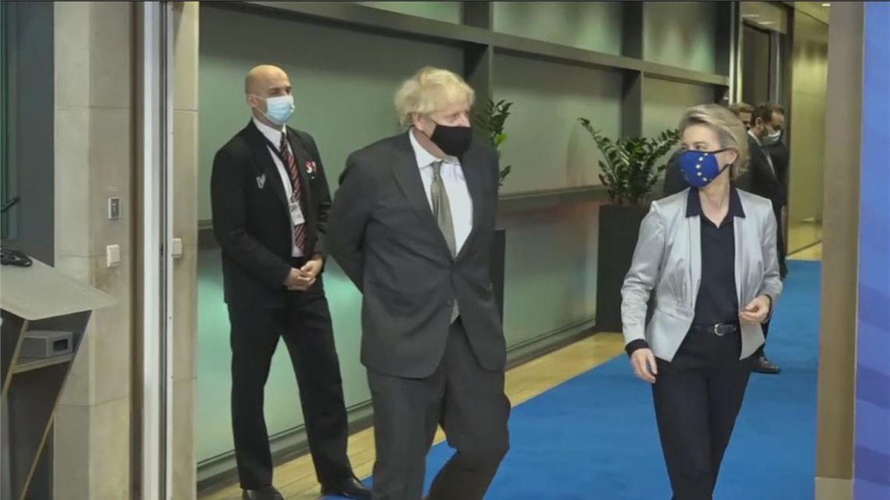 """Von der Leyen y Johnson piden un """"esfuerzo adicional"""" para un acuerdo de último minuto en el Brexit"""
