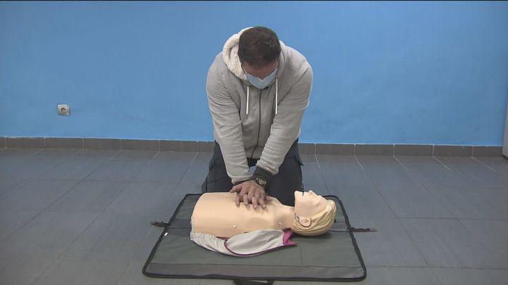 Así se realiza una RCP, la maniobra clave para salvar vidas