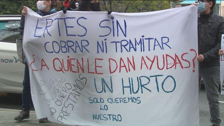 Desesperados por cobrar su ERTE, protestan a las puertas del SEPE
