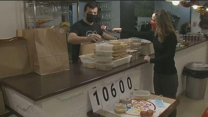 El bar Casa Carmena de San Blas ha dado ya 10.600 menús solidarios a los más necesitados