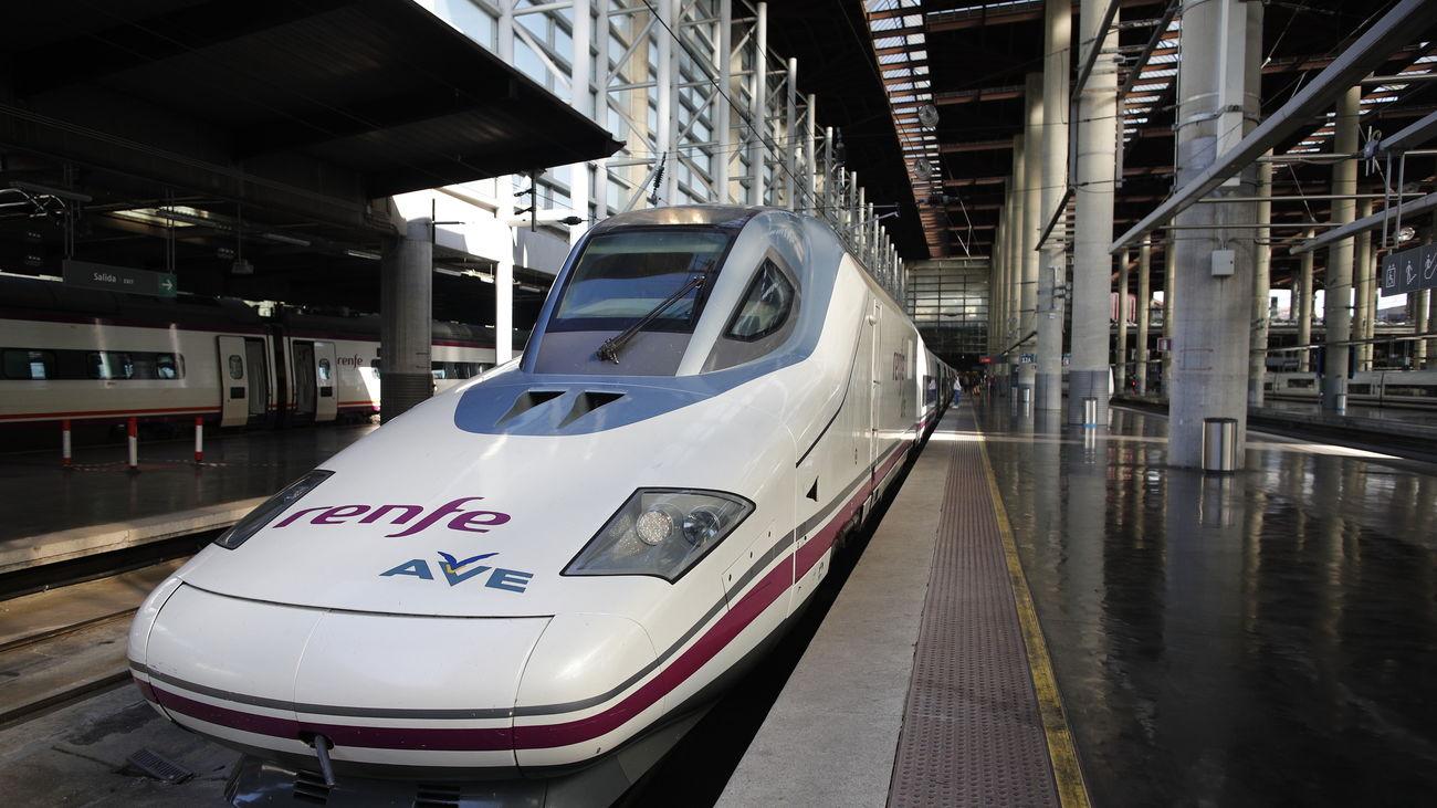 Tren de alta velocidad estacionado en un andén de Puerta de Atocha