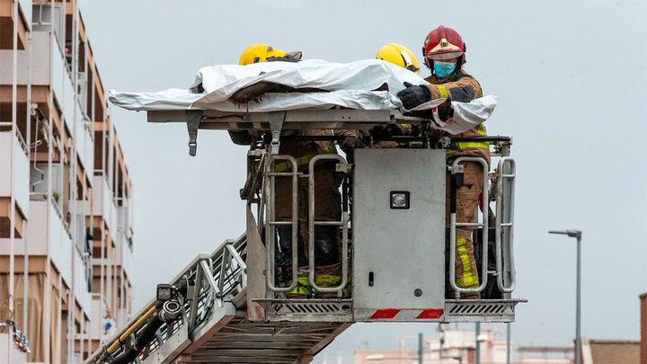 Hallan a una cuarta víctima mortal del incendio de la nave en Badalona