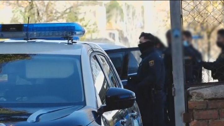 Roban una pistola a un agente y se dan a la fuga en Villaverde