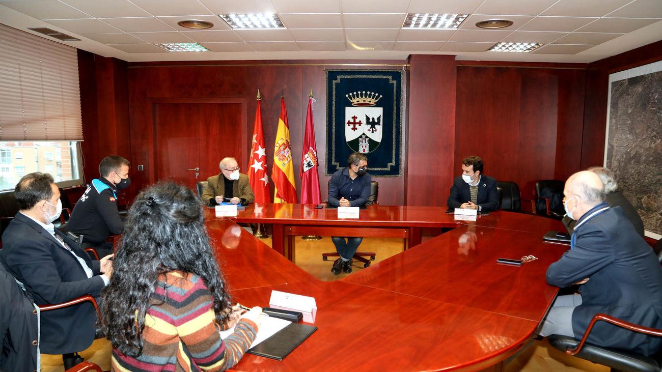Firma del convenio entre la patronal y Ayuntamiento de Alcobendas para la ampliación de los autobuses interempresas