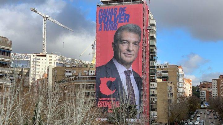 Laporta cuelga una pancarta gigante frente al Bernabéu