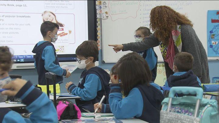 La contratación de profesores vuelve a enfrentar a la oposición y al Gobierno de Madrid