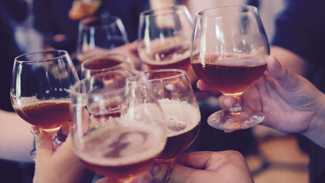¿Por qué beber alcohol para mantenerse caliente es una idea peligrosa?