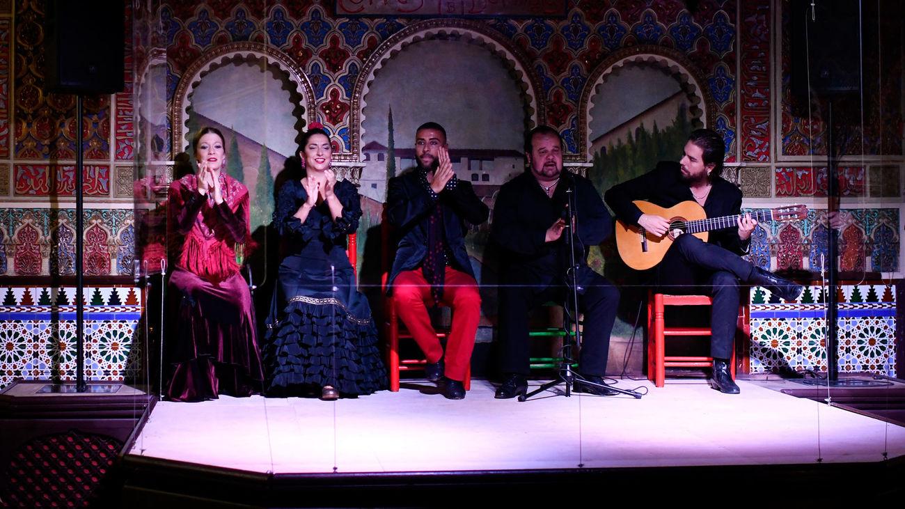 Artistas flamencos en el tablao Torres Bermejas