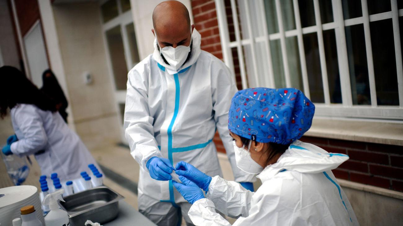Sanitarios realizando tests de RT-PCR en saliva a alumnos del Colegio Internacional Alameda de Osuna