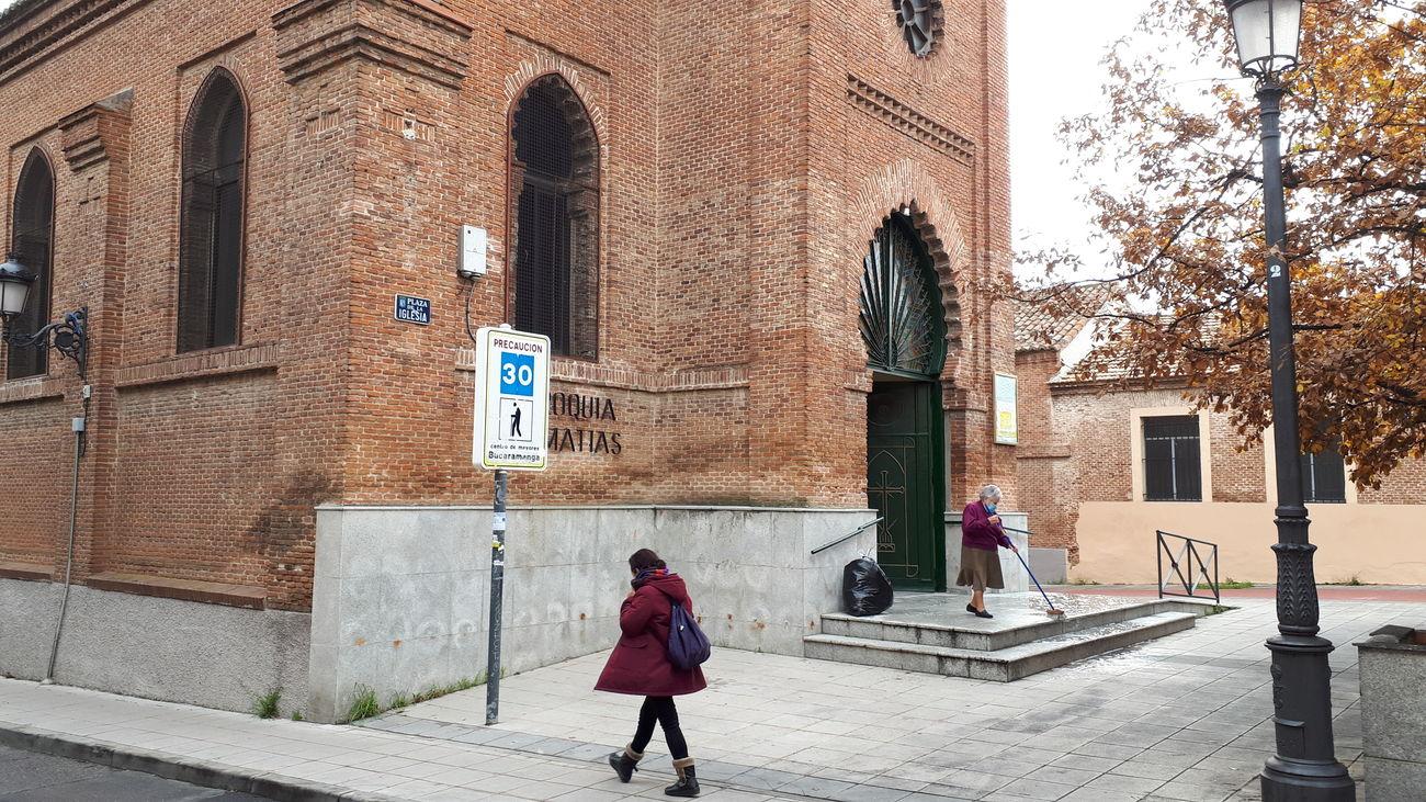 Aspecto de la iglesia de San Matías y su plaza en Hortaleza