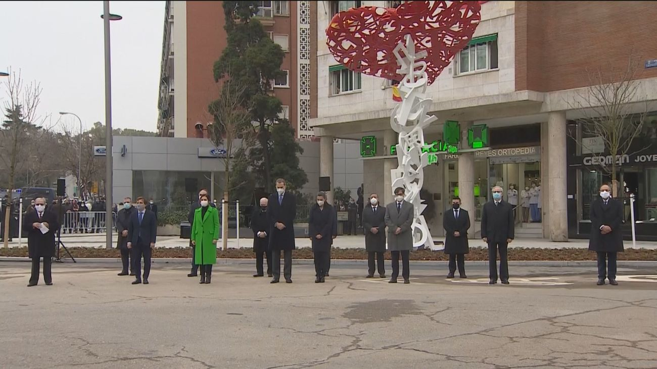 """Los Reyes inauguran en Madrid el monumento a los sanitarios fallecidos entre gritos de """"Illa dimisión"""""""