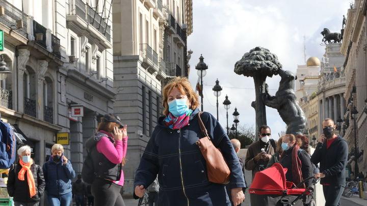 La Policía Municipal de Madrid reparte pulseras para que los niños no se pierdan en el centro