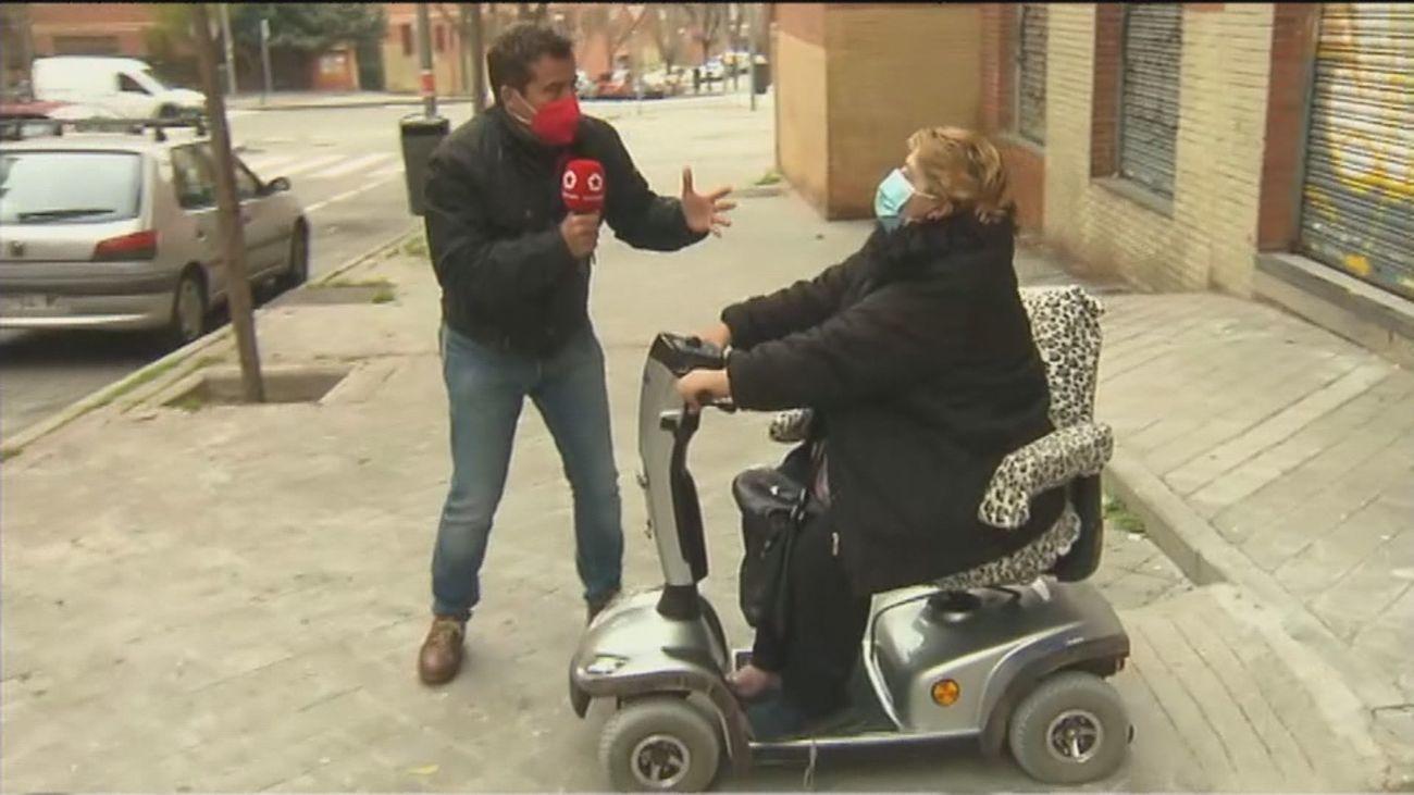 Una vecina de Vallecas en silla de ruedas lleva 4 años pidiendo a sus vecinos que pongan una rampa de acceso