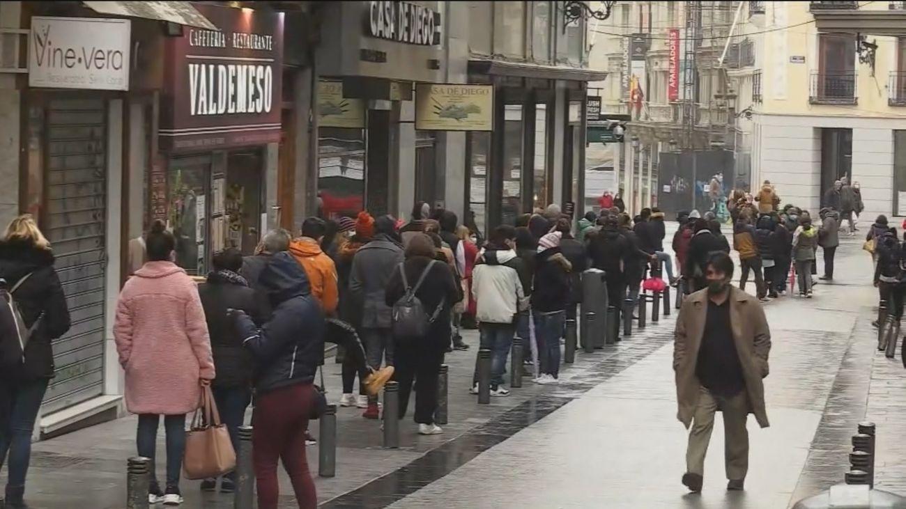 Esperas de más de dos horas para comprar un décimo de lotería a las puertas de Doña Manolita