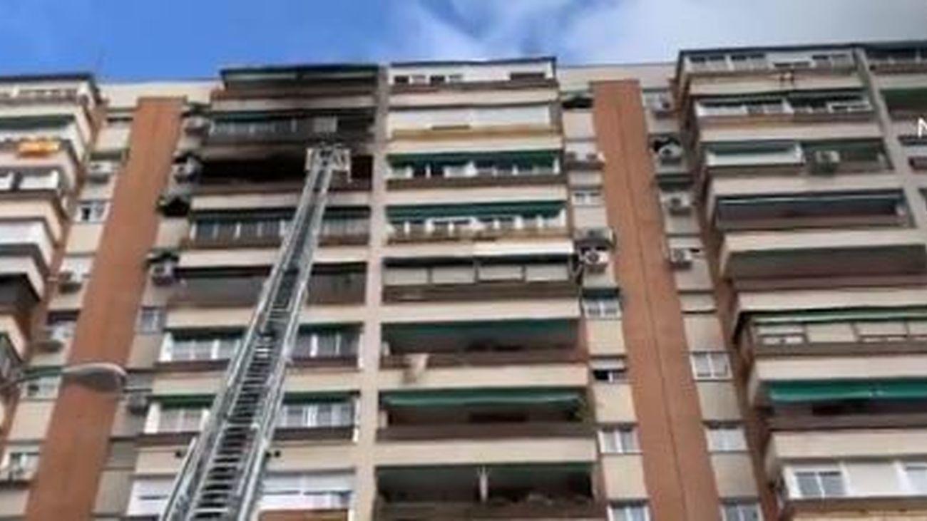Cuatro intoxicados leves durante un incendio en un edificio de  12 plantas