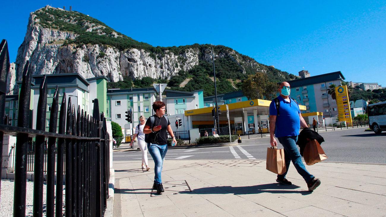 Un grupo de personas pasean por Gibraltar