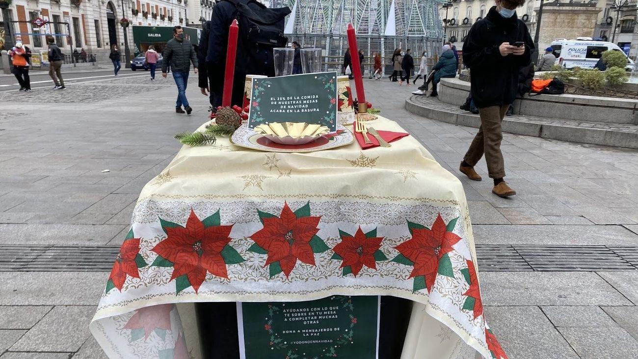 Cubos de basura convertidos en mesas de Navidad en Sol