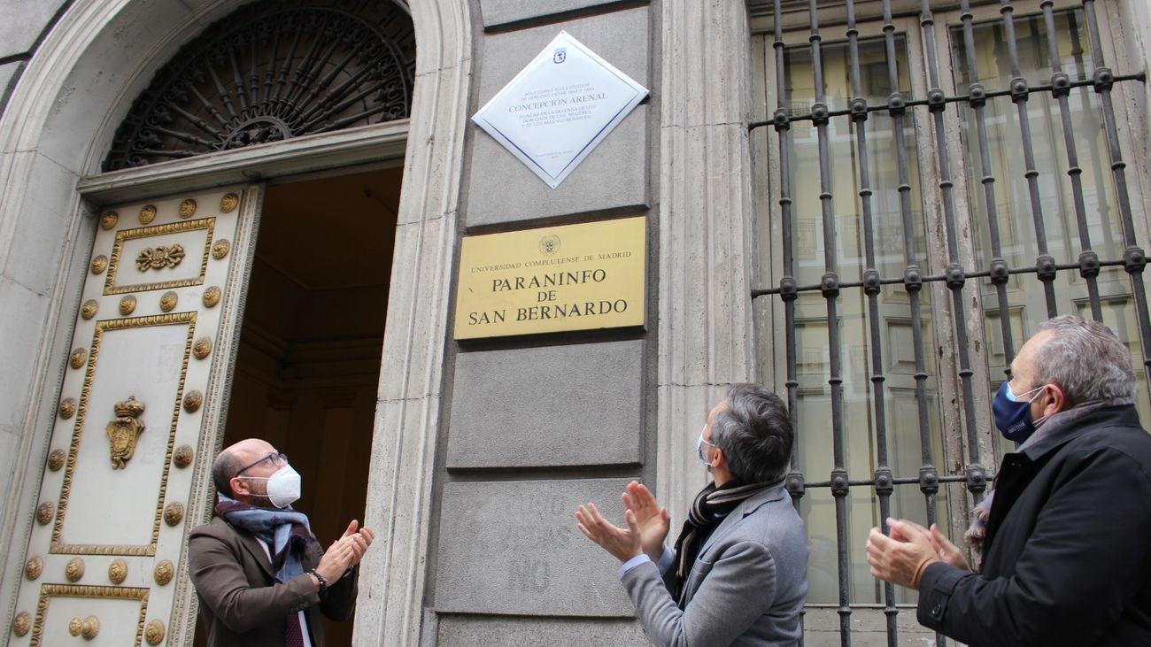 Placa en recuerdo de Concepción Arenal en el Paraninfo de San Bernardo