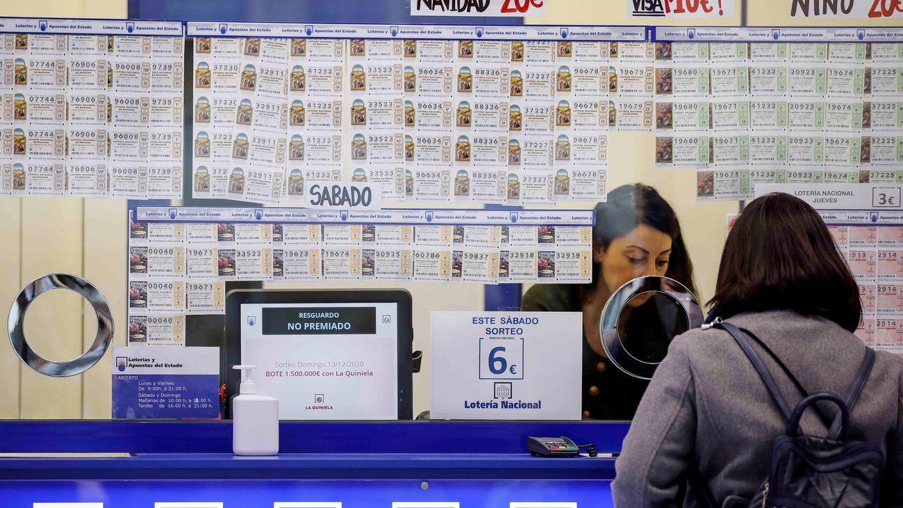 Venta de Lotería de Navidad en una administración de Madrid