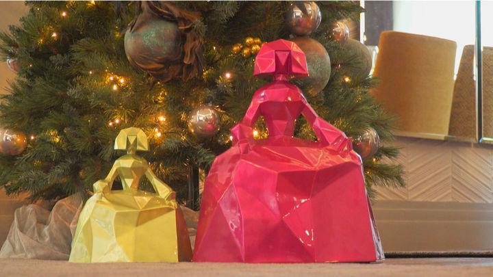 El árbol de Navidad está presidido por unas meninas que ha diseñado la propietaria de la casa, y que pueden servir como apliques de luz en las paredes.