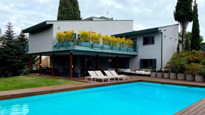 ¿Cómo será la Nochevieja en una casa de lujo en La Moraleja? Una vivienda en donde, por cierto, no renuncian a la piscina ningún día del año.