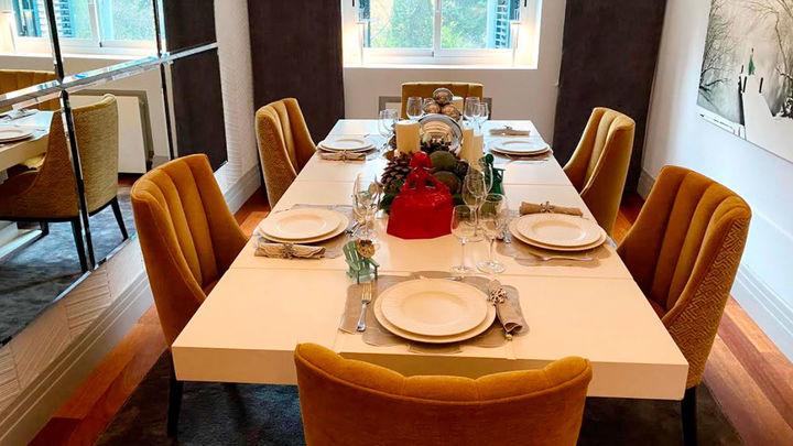 La mesa ya está lista, con luces bajas y detalles decorativos que hacen de la Nochevieja un día muy especial.