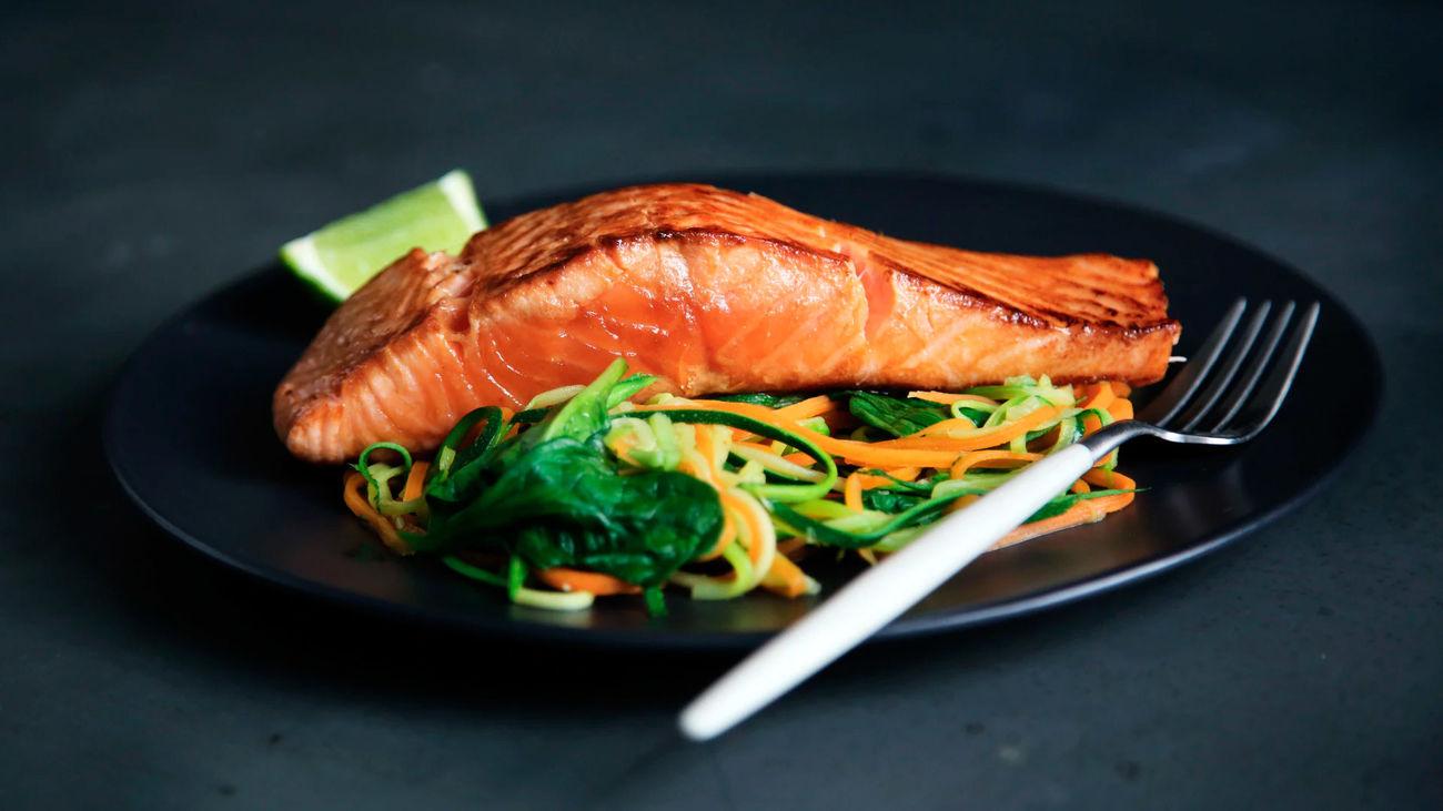 Plato de salmón con verduras
