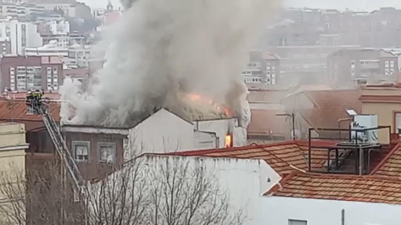 Sin heridos en el virulento incendio en el ático de un bloque de viviendas en el paseo de Extremadura