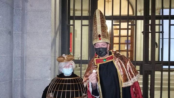 Un sorteo sin público pero con gente disfrazada a las puertas del Teatro Real