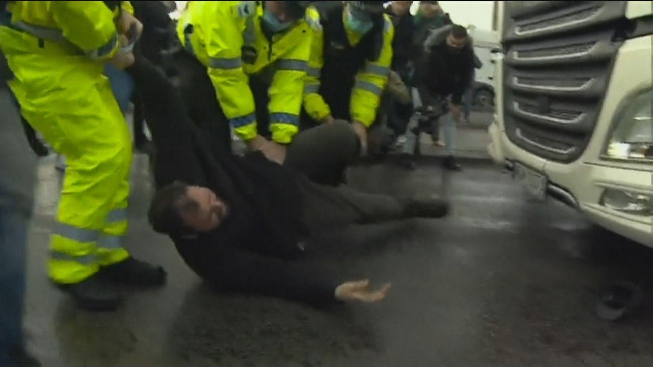 Forcejeos y  tensión en el puerto de Dover a la espera de una prueba Covid