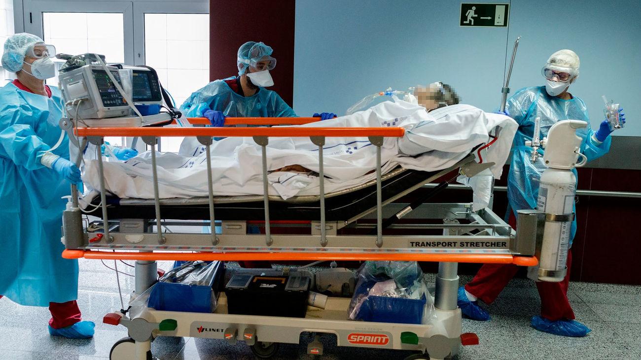Un equipo de sanitarios llevan a un enfermo en camilla en un hospital