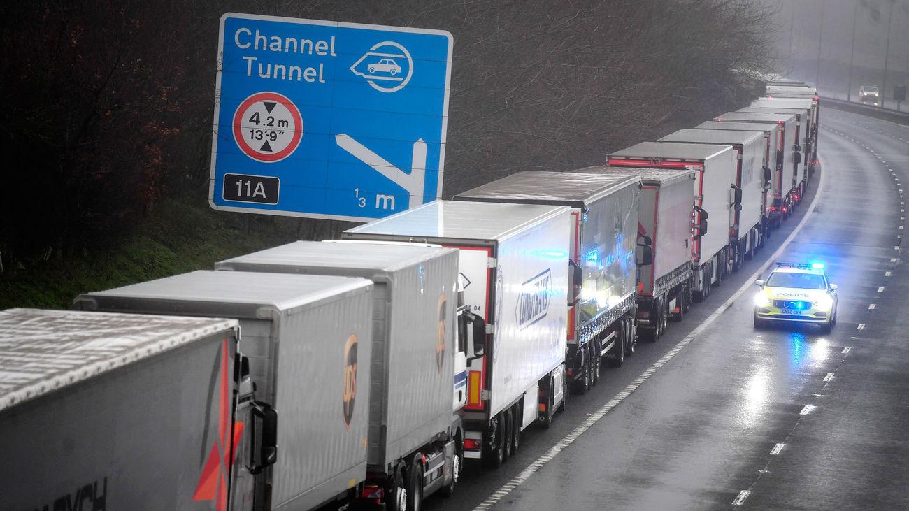 Miles de transportistas atrapados por el cierre de puertos británicos