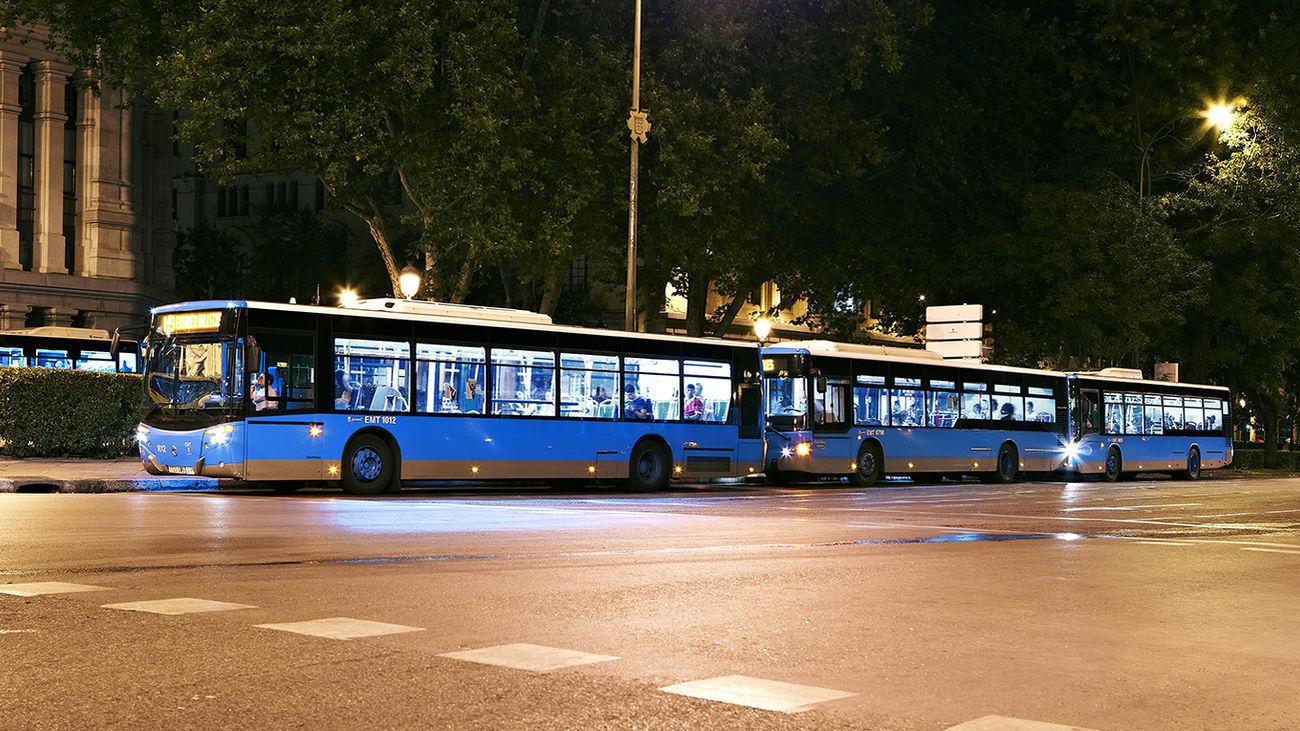 Autobuses nocturnos de la EMT en su cabecera de la Plaza de Cibeles