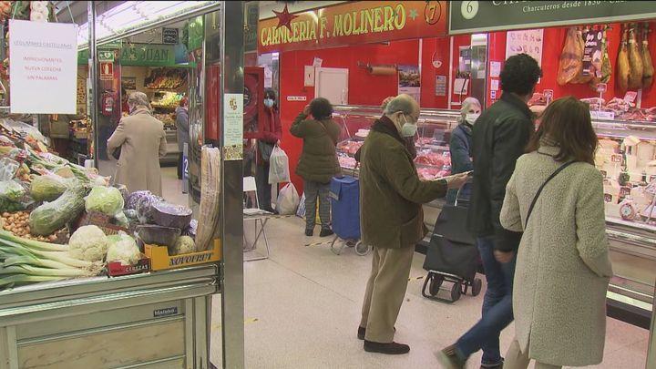 Ajetreo en los mercados madrileños por las compras de última hora que bajan respecto a año pasado