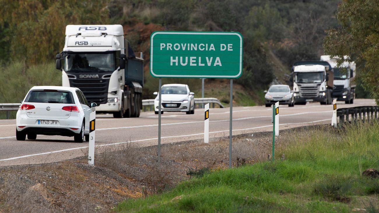 Varios coches en una carretera de Huelva