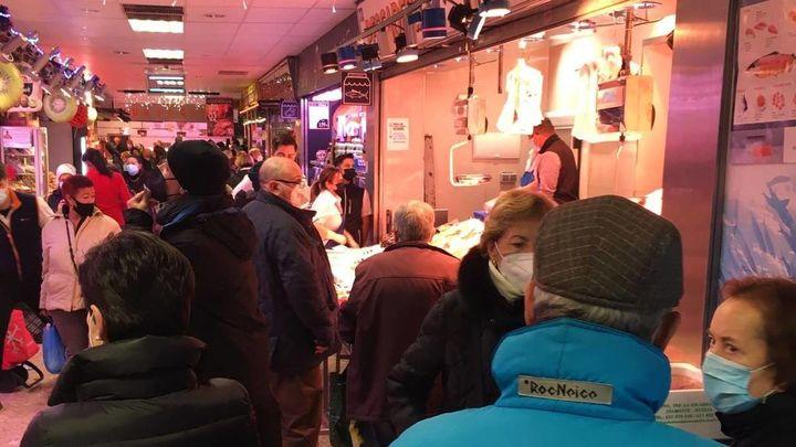 Los mercados madrileños llenos antes de la cena de Nochebuena