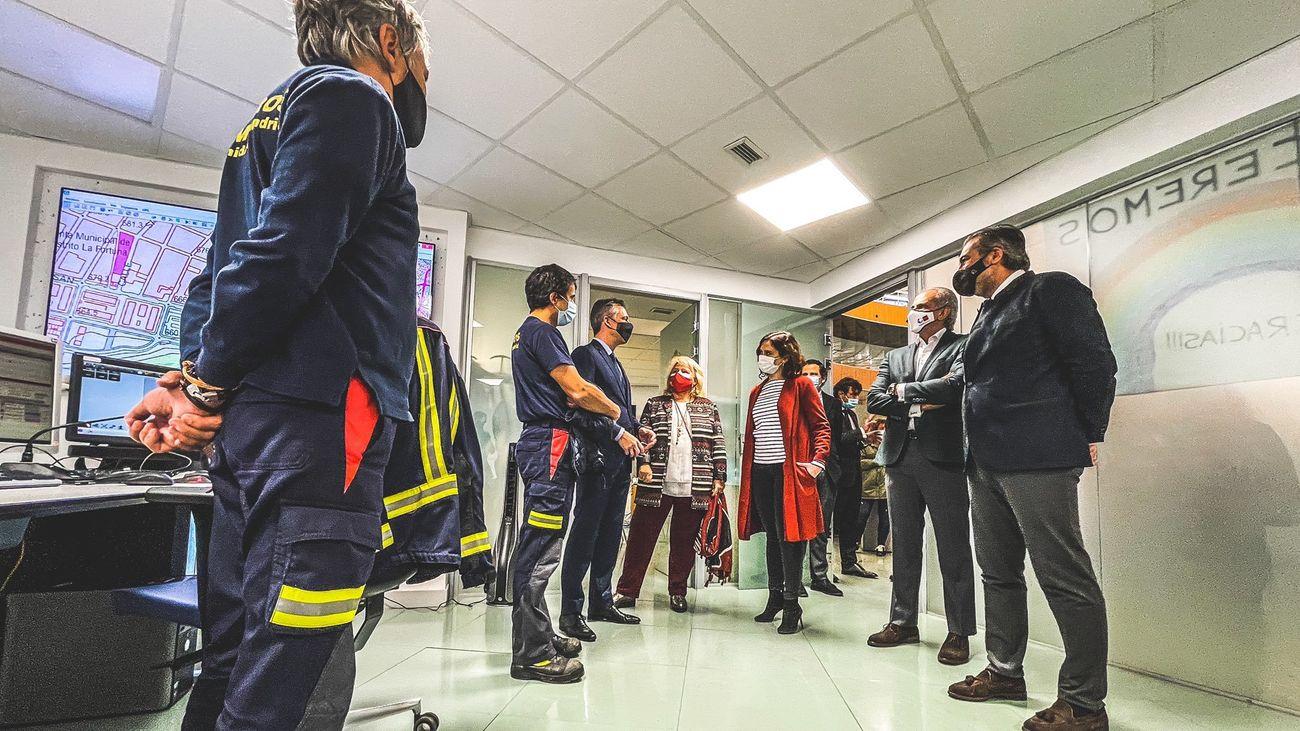 Ayuso visita a 900 efectivos de emergencias que cuidarán Madrid esta Navidad