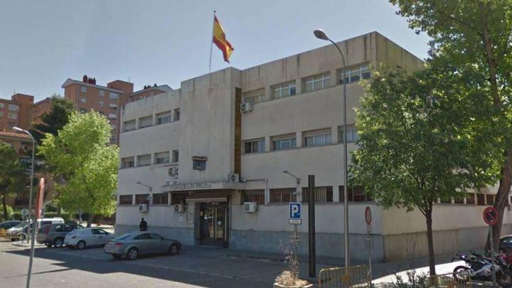 Agentes de policía salvan la vida de un bebé en las puertas de la comisaría de Vallecas