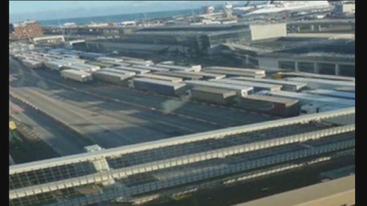 Diplomáticos españoles asisten a los  camioneros atrapados en Reino Unido
